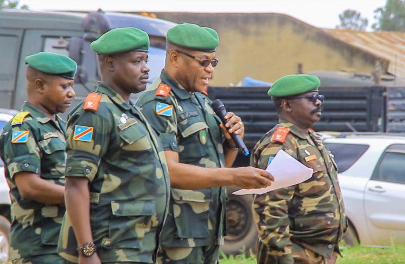 Le général-major Fall Sikabwe (au centre) présidant à la passation du commandement Sukola I, entre le général-major Mbangu Mashita (à sa gauche) et le général de Brigade Nduru Chalingonza (à sa droite).